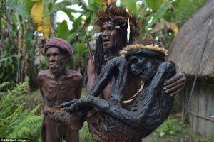Rợn người với tục 'nướng' tù trưởng thành xác ướp của bộ tộc hoang dã nhất hành tinh