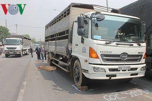 Bị xe tải kéo lê trên đường, người đàn ông tử vong
