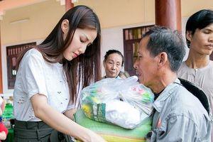 Diễm My 9x tự tay khiêng từng bao gạo, thùng mì tặng người nghèo