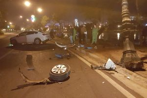 Ô tô tông trụ đèn bên hồ Xuân Hương, 2 người nhập viện