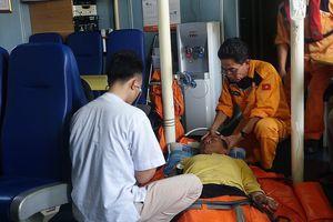 Cứu sống thuyền trưởng nguy kịch trên biển Hoàng Sa