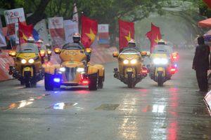 Người Huế đổ ra đường xem đua xe đạp trong mưa