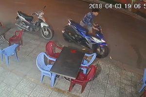 Clip: Táo tợn trộm xe Exciter trước cửa quán nhậu mà không cần bẻ khóa