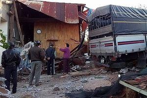 Xe tải tông sập nhà dân lúc rạng sáng, 4 người may mắn thoát nạn