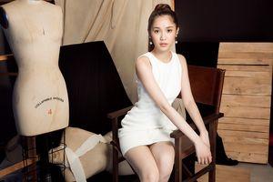 Chân dài 'thay thế' Ngọc Trinh tinh khôi với váy trắng