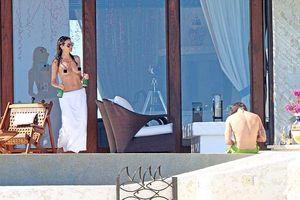 Heidi Klum khoe ngực trần trong kỳ nghỉ với người tình trẻ hơn 16 tuổi