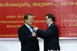 Trao tặng huân, huy chương cho các cán bộ đối ngoại của Lào
