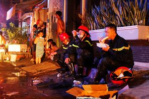 Cảnh sát PCCC ướt đầm, ngồi bệt ăn bánh mì sau vụ cháy kho