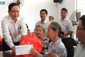 Tặng quà Tết cho gia đình chính sách và hộ nghèo ở Cần Thơ