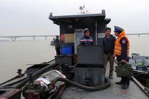 Cảnh sát biển bắt giữ 2 tàu nước ngoài sang mạn dầu trái phép trên biển