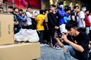 Thức xuyên đêm canh mua giày 5,3 triệu đồng: Chịu chơi hay đùa đòi?