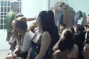 Clip: Cận cảnh đột kích quán bar phát hiện nhiều cặp nam, nữ phê ma túy