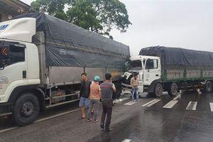 Xe tải tông đuôi nhau rồi chắn ngang đường khiến QL1A ách tắc