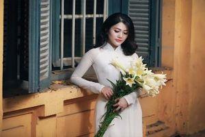 Bà mẹ bỉm sữa Hà thành đẹp tinh khôi bên hoa loa kèn