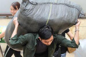 Cực nhọc nghề 'cửu vạn' chợ Đồng Xuân