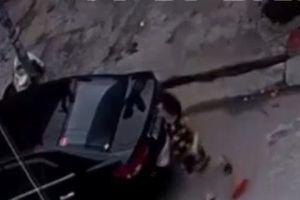 Hải Phòng: Nghi vấn người phụ nữ hắt mắm tôm vào xe ô tô hàng xóm