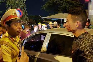 Tài xế ôtô cố thủ trong xe sau khi đánh dã man 2 vợ chồng đi xe máy