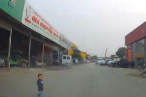 Thót tim bé trai 2 tuổi lao ra đầu xe ô tô đang phóng tốc độ cao