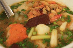 Người Sài Gòn chen chân ăn bánh canh cua 'Bạch Tuyết'