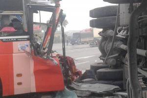 Thái Bình: Xe khách tông xe tải lật nghiêng ngang đường, lái xe nhập viện