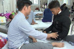 Học sinh đâm thầy giáo ở Quảng Bình ra trình diện