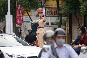 CSGT với những 'đêm trắng' Tết: Nữ cảnh sát xinh đẹp mơ cho gia đình