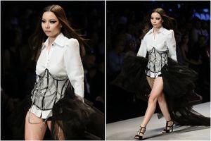 Người mẫu Lại Thanh Hương lộ đùi thô khi diễn ở Tuần lễ Thời trang