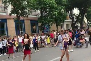 Mẹ 'bỉm sữa' địu con nhảy trên phố đi bộ khiến nhiều người thích thú