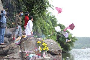 Lễ hội Điện Hòn Chén (Huế): Vẫn 'vô tư' thả vàng mã xuống sông Hương