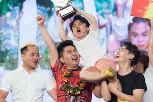 'Khủng long tí hon' lên ngôi Quán quân Cười xuyên Việt nhờ lấy nước mắt khán giả