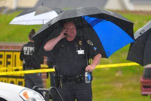 Cảnh sát săn lùng nghi phạm khỏa thân xả súng giết 4 người