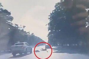 Clip: Xe bán tải cố tình vượt ẩu, hất tung xe máy ở Nghệ An