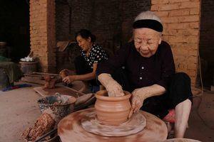 Làng gốm Phù Lãng với những 'nghệ nhân tay đất'
