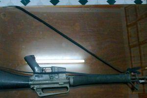 Tạm giam tài xế taxi tàng trữ vũ khí quân dụng
