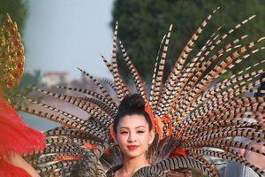'Bỏng mắt' với dàn hotgirl, người mẫu diễu hành trên phố ở Quảng Bình