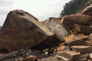 Tảng đá hàng trăm mét khối rơi từ vách núi, chắn ngang đường Nha Trang - Đà Lạt