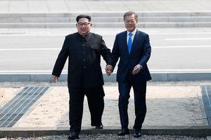 Lãnh đạo hai miền Triều Tiên tay trong tay bước qua đường phân giới