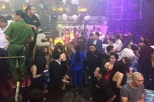 Hàng chục cô gái ăn mặc khêu gợi thác loạn trong quán bar ở TP HCM