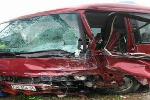 Bắc Kạn: Hai ô tô đâm nhau trực diện khiến một người tử vong, xe con bị vò nát
