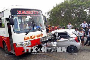 Xe taxi và xe buýt đâm nhau khiến kẹt xe dài 4km