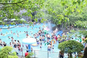 Hơn 10.000 khách đến khu du lịch Núi Thần Tài trong một ngày