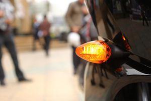 Bật đèn xi nhan bao xa trước khi rẽ để tránh được tai nạn?