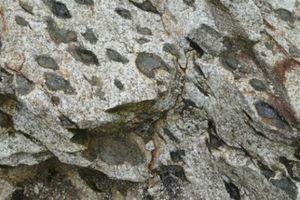 Kỳ lạ tảng đá 'sinh con' khiến du khách tò mò