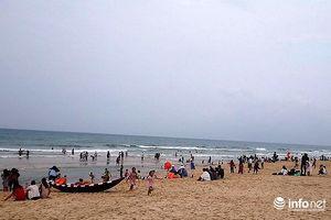 Huế: Trời âm u biển Thuận An vẫn đón hàng ngàn du khách