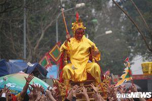 Thót tim xem cảnh trai tráng rung, lắc, xoay tròn kiệu chúa 'sống' ở Hà Nội