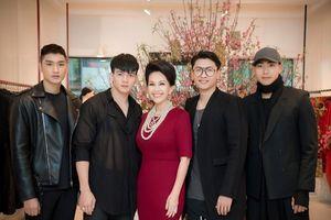 'Nữ hoàng ảnh lịch' Diễm My được dàn người mẫu nam 9X vây quanh khi ra Hà Nội