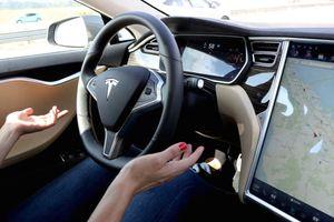 Tài xế Tesla bỏ ghế lái, chạy 65 km/h trên đường đông người