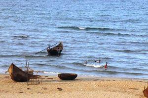 2 học sinh bị sóng cuốn tử vong khi đi tắm biển