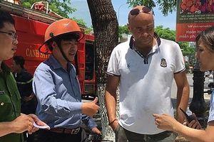 Du khách nước ngoài dũng cảm cứu hai em nhỏ trong ngôi nhà bị cháy