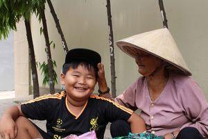 Bà ngoại dắt cháu bán vé số ngay trung tâm Sài Gòn cho giấc mơ đi học
